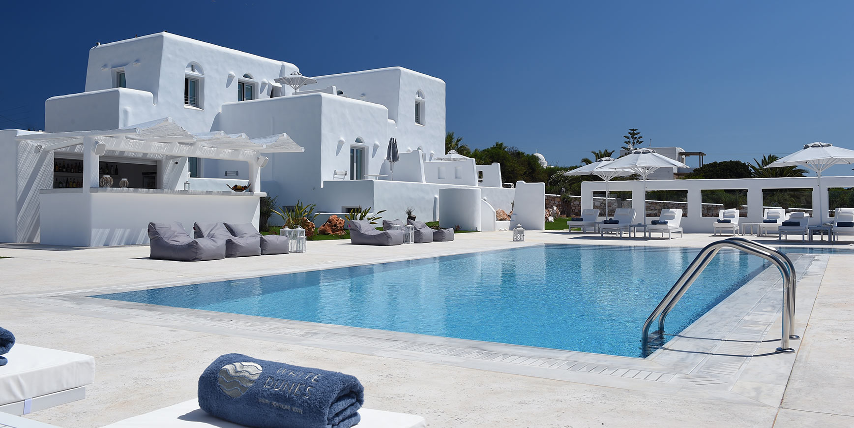 Seaside hotel White Dunes offers a really comfortable and convenient stay in some of the most amazing suites in Paros.